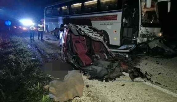 Otobüse çarpan araç ikiye bölündü: 2 ölü