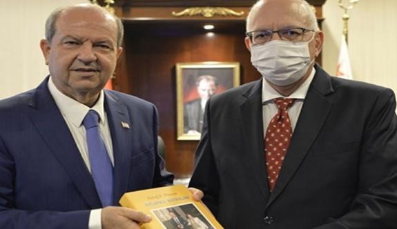 """Plümer Tatar'a """"Diplomasi hatıraları"""" isimli kitabını takdim etti"""