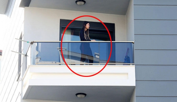 Annesini balkona kilitledi...