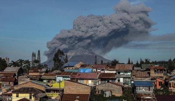 Sinabung Yanardağı duman püskürtmeye başladı