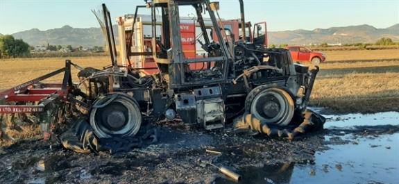 Hareket halindeki traktör yandı